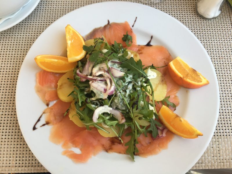 A salad with salmon, rocket and orange, ideal for a summer party